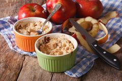 Émiettez-vous avec des pommes en gros plan dans le pot sur la table Images libres de droits