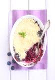 Émiettez-vous avec la myrtille, myrtille dans le plat blanc Photo stock