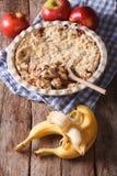 Émiettez-vous avec la pomme et la banane dans le plat de cuisson vertical Photographie stock