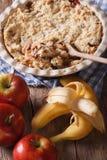 Émiettez-vous avec le plan rapproché de pomme et de banane, verticale, rustique Photos libres de droits