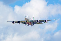 Émirats Airbus A380 à l'approche Photos stock