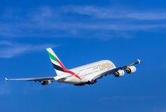 Émirats Airbus A-380 après le décollage dans l'aéroport de Zurich Photographie stock
