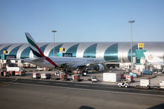 Émirats Boeing 777 à l'aéroport de Dubaï Photo stock