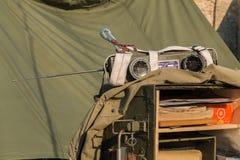Émission de radio portative militaire d'émetteur des USA dans la ville Image stock