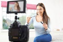 Émission femelle d'enregistrement de Vlogger dans la chambre à coucher images libres de droits