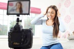 Émission femelle d'enregistrement de Vlogger dans la chambre à coucher images stock