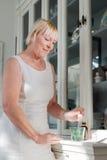 Émissions de santé, dame âgée prenant des médicaments délivrés sur ordonnance Photos libres de droits