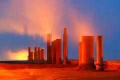 Tuyaux de tabagisme d'usine avec l'illumination de nuit Photographie stock