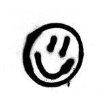 Émoticône de sourire de visage de graffiti dans le noir sur le blanc Image stock