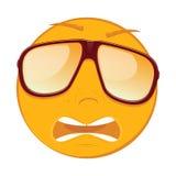 Émoticône effrayée mignonne dans lunettes de soleil sur le fond blanc Image libre de droits