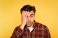 Émotion choquée confuse de consternation de tête d'embrayage d'homme photographie stock