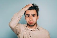 Émotion confuse vertigineuse accablée de tête de prise d'homme photos stock