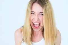 Émotion criarde fâchée de femme exaspérée par visage image stock