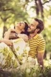 Émotion d'amour Couples à la nature images stock