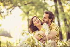 Émotion d'amour Couples à la nature photo libre de droits