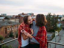 Émotion de bonheur d'étreinte de dessus de toit de couples d'amour image libre de droits