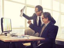 Émotion de bonheur d'homme d'affaires de deux Asiatiques regardant à la valeur élevée g images libres de droits