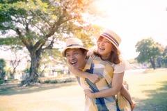 Émotion de bonheur du visage de sourire toothy asiatique d'homme et de femme détendant en parc public photographie stock libre de droits