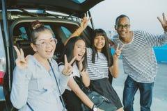 Émotion de bonheur de famille asiatique prenant une photographie au vacatio photos stock