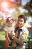 Émotion de bonheur de père et de fille asiatiques dans le jardin vert photo libre de droits