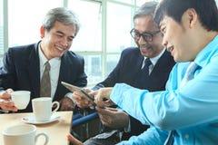 Émotion de détente d'homme d'affaires dans le temps de pause-café avec des jeunes Photographie stock libre de droits