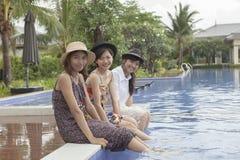 Émotion de détente de bonheur de plus jeune amie asiatique de femme à l'eau p Image libre de droits