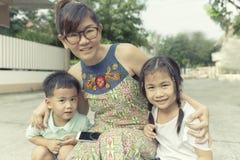 Émotion de sourire toothy de bonheur de visage de femme asiatique prenant un phot image stock
