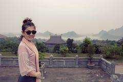 Émotion de sourire toothy de touristes asiatique de bonheur de visage dans le chua bai photos libres de droits