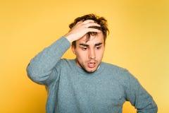 Émotion effrayée effrayée inquiétée triste de cheveux de traction d'homme  photo stock