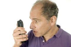 Émotion fâchée de téléphone d'homme aîné Images stock
