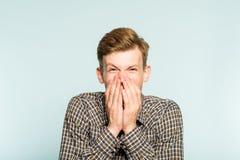 Émotion heureuse enthousiaste joyeuse de bouche de bâche d'homme photo stock