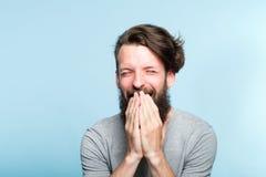 Émotion heureuse enthousiaste joyeuse de bouche de bâche d'homme photo libre de droits