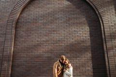 Émotion romantique d'affection de soin d'amour d'étreinte de couples Image stock