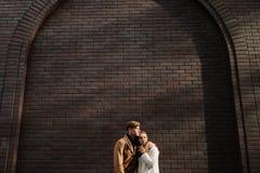 Émotion tranquille de bonheur de soin d'amour d'étreinte de couples Photographie stock libre de droits