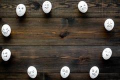 Émotions dans la communication au media social Visages dessinés sur des oeufs Heureux, sourire, triste, fâché, dans l'amour, sati Image stock