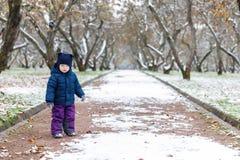 Émotions dans la vue, la confusion et la tristesse du ` s d'enfant aux yeux de l'enfant Automne en retard et la première neige en Photographie stock libre de droits
