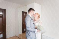 Émotions de jeune mariée tandis qu'elle rencontre son marié premièrement le jour du mariage Images libres de droits