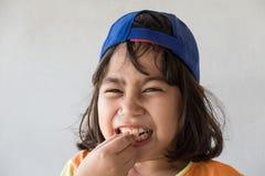 Émotions de l'aigre sur le visage de la fille images libres de droits