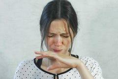 Émotions de l'aigre sur le visage de la fille Femme de brune mangeant la mandarine aigre et grimaçant photographie stock libre de droits