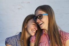 Émotions de personnes, jumelles avec du charme de soeurs Photographie stock libre de droits