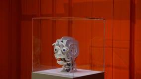 Émotions exprès de tête de robot sur le visage