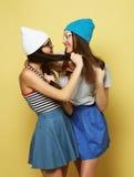 Émotions, les gens, ados et concept d'amitié - souriant assez Image libre de droits