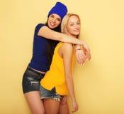 Émotions, les gens, ados et concept d'amitié - souriant assez Photos libres de droits