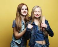 Émotions, les gens, ados et concept d'amitié - souriant assez Image stock