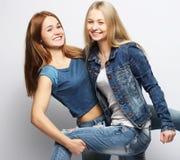 Émotions, les gens, ados et concept d'amitié - souriant assez Photos stock
