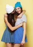 Émotions, les gens, ados et concept d'amitié - souriant assez Images libres de droits