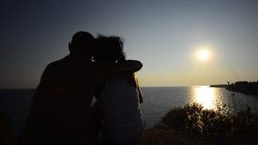 Émotions romantiques de couples de coucher du soleil d'été étreignant et embrassant banque de vidéos