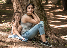 Émotions tristes d'une fille avec sa mère Image stock