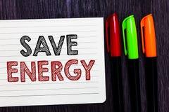 Énergie d'économies des textes d'écriture de Word Le concept d'affaires pour diminuer la quantité d'énergie a employé réaliser un images libres de droits