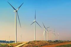 énergie de puissance d'eco d'idée de concept turbine de vent sur la colline avec images stock